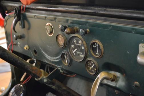ウィリスジープ 汎用トラクタ  1951年(昭和26年)ウィリス社製(アメリカ) C-1-3A型 70馬力 ガソリンエンジン  1952年(昭和27年)北見市 導入価格は120万円。 当時農家1年の販売高が6〜70万円のころ、機械化の先鞭をつけるのに、家を買うか車を買うか2年間悩み、120万円の借金は決断的導入だったという。 30歳の兄と弟の二人は昼夜働き、二年間でジープ代を払い、家一軒建てたという家宝のトラクタでもある。  同型は以後7年間に道内に136台導入された。