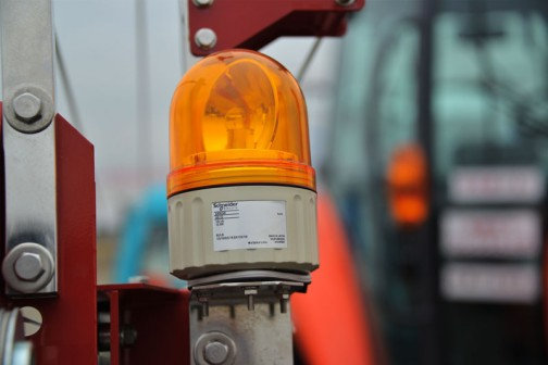レクシアMR97+丸山製作所 ブームスプレーヤのブームの先にに付いていた回転灯は・・・MADE IN JAPANだったけど、シュネデール(Schneider)という外国の会社の物だった。