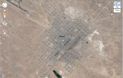 色のない世界・・・滑走路が右上に見えますが、2000m級としても町はすごくコンパクト。山側には線路らしきものも見えます。終着駅です。もしかしたら鉱石でも運ぶのかもしれません。