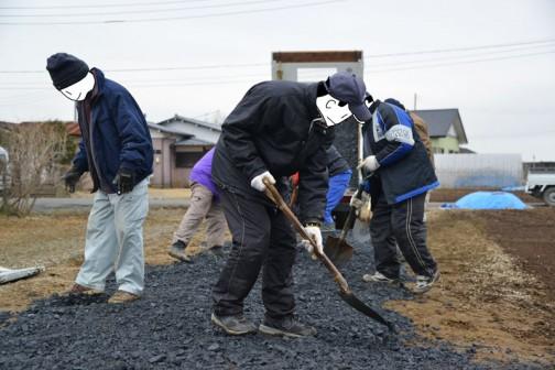 泥を掻きだした排水用パイプを埋め戻し、砂利を敷いています。