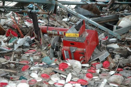 同じ場所の写真のように思えるかもしれませんが、震災1ヶ月後の気仙沼の写真です。コンバインでしょうか・・・