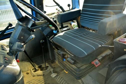 このあたりからは運転席。なぜか四角い時代の外国製トラクタの運転席はカッコいいんだよなあ。