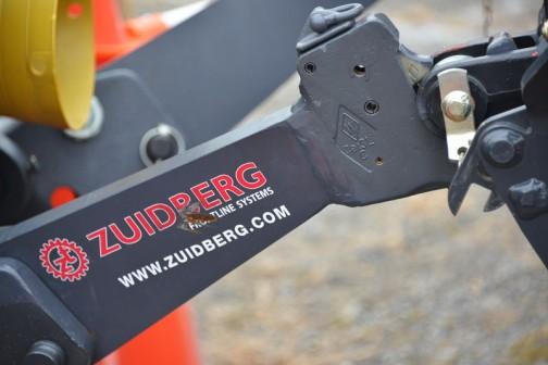 ZUIDBERGという、クローラシステムやフロントラインシステム(フロントPTOのことかな・・・)を売っている会社の製品のようです。オランダの会社なのかなあ・・・