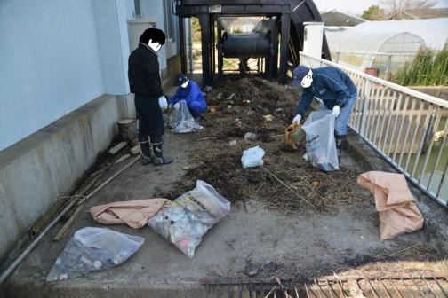 排水機場のゴミ漉し場?にはワラに混じって色々なゴミがいっぱい。「街場と違って、守備範囲が広いからなんだかゴミ拾いもポイントが多岐にわたるな」と思った場所。