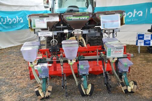 アグリテクノ矢崎 トラクター用施肥播種機 AFRG-3STA 価格¥891,000 平成26年12月31日迄の価格です・・・と大きく書いてあります。   その上に クボタ 深層施肥機 KDS-HHS 価格¥2,160,000  深層施肥ホッパと書いてあります