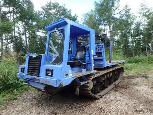 林業専用に開発された足回りは不正地、軟弱地で抜群の運材性能を発揮だそうです。