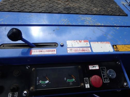 こんな燃料計や水温計、昔のクルマに付いていたかも・・・500回転以上の過回転厳禁(下り坂でのエンジンブレーキ注意)と書いてあります。エンブレもダメなんだ・・・