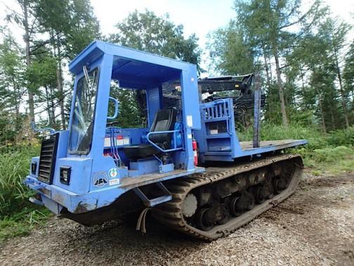 イワフジ工業株式会社の林業機械、フォワーダ 安全フレームは農業用トラクターよりガッチリしているように見えます。