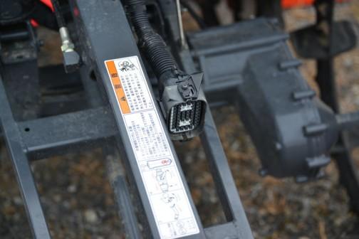作業機取外し手順 1.モンローワイヤの左右出代を揃える 2.メインスイッチをOFFにする 3.施肥ホースを外す(F仕様) 4.爪を押し、ロックを解除してカプラを外す 5.リンク中央Aのピンを抜く 6.エンジンを始動してリンクを降下させて作業機を取り外す
