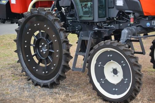 クボタ グランフォース 大規模水田・大豆仕様 FT23ZFQBMP 価格¥3,727,080 なかなかすごいタイヤが付いています。