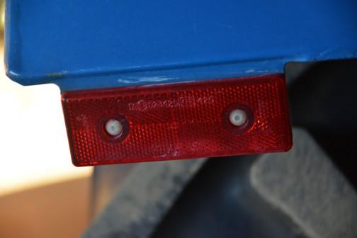 タイヤの後ろの反射板。こちらもかろうじてメーカー名が見えます。