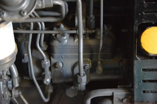 燃料ポンプでしょうか。メーカーはよくわかりませんが、見慣れた並列のタイプじゃなくて、パイプが放射状に並んでいます。3気筒っぽい。