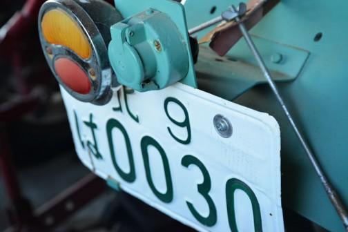 ナンバーの上にあるのはなんでしょう・・・ナンバー灯にしては不思議な形だし、油圧の取り出し口って感じでもないし・・・もしかしたらトレーラーかなにかを引っぱる時のブレーキ灯やウインカーを点灯させるコネクタ??? このオーナーはミラーもちゃんとしているし、ウインカーもライトもすべてしっかりしているので、よっぽどきちんとした厳格な人物だったと思われます。