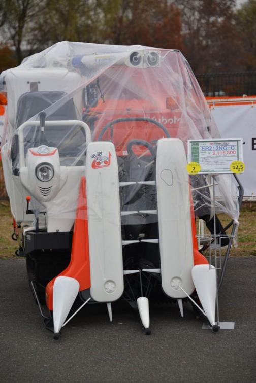 kubota combine ER213NG-C クボタコンバイン ラクティ ER213NG-C 価格¥2,570,400 ★12.5馬力 ★2条全面刈り ★ボタンを押すだけで刈取り準備OKのNEW楽刈りボタン ★シャープなデザイン、大型バックミラー、デラックスシートのNEWデザイン!