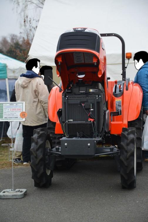 kubota tractor T23DBMAPC2RF7SC クボタ T23D SGパワクロ T23DBMAPC2RF7SC 価格¥2,900,880 ★23馬力 ★スピード、パワー、仕事がはかどる機能 ★快適と安心を兼ね備えた移住空間 ★スムーズかつ精度の高い自動制御(MA仕様) ★土作りを変えてきたパワクロ。乗り心地も大きく進化(PC仕様)  標準機より10万円引き下げた売価設定