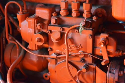エンジンは3気筒。Simmsの噴射ポンプ。