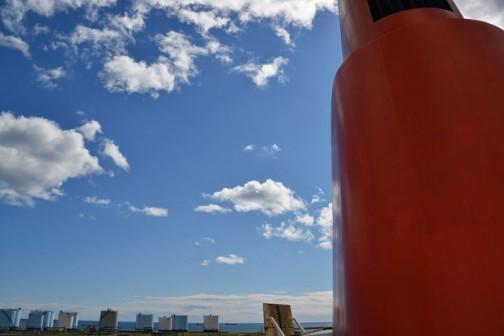 フェリーのデッキが高いから空が低く見えるんじゃないよねえ・・・船の大きさは変わらないんだから・・・