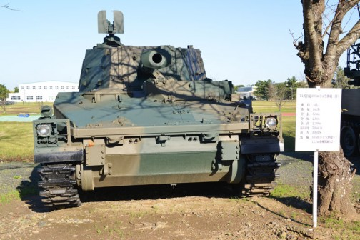 武器学校で見た74式105mm榴弾砲です。