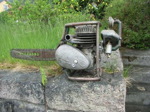 ウィキペディアより・・・今の機械と明らかに違うのですが、どこがどう違うのかはうまく言い表せません。ただ、どうにもこうにも重そうです。エンジンなんか単車のエンジンみたいじゃないですか!ちょっとこれを使う勇気はありません。