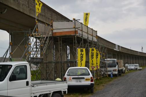 今年で2回目になる「田んぼアート」鹿島線の脇の田んぼには、去年よりワイドなも物見櫓がしつらえてありました。