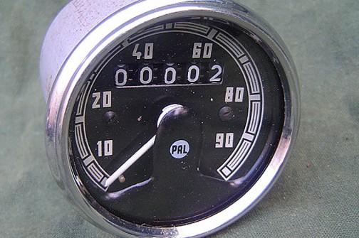 いろいろ調べてみると、チェコスロバキアの会社でPALというメーカーがあったみたいで(現在もあるのかはわかりませんが)当時のバイクなどにも付いていたようです。真ん中にPALの文字が見えますね? これはJAWA(ヤワ)という、チェコのバイクに付いていたものらしいです。