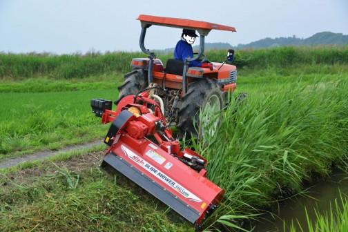 島地区農地水環境保全会の草刈りの様子。 今回初めてスライドモア(法面の草刈りができる、オフセット可能な草刈機)が実践に投入されました。費用の関係や、取付けるトラクタの関係で大きなものは買えませんでしたが、欲を言ったらキリがありません。