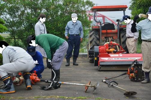 島地区農地水環境保全会の草刈りの様子。 今回初めてスライドモア(法面の草刈りができる、オフセット可能な草刈機)が実践に投入されました。