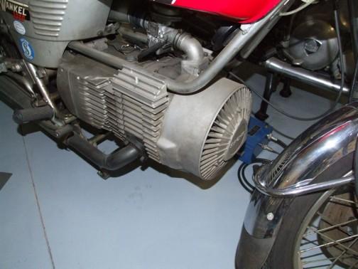 Hercules Wankel 2000 このエンジンを見たときに、空冷ディーゼルエンジンが載っているのかと思っちゃいました。これはロータリーエンジンです。