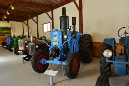 1953年(昭和28) ランツ社製  ランツブルドッグトラクタ  1953年(昭和28) ランツ社製 (ドイツ) 単気筒2サイクル焼玉エンジン 自重5tn