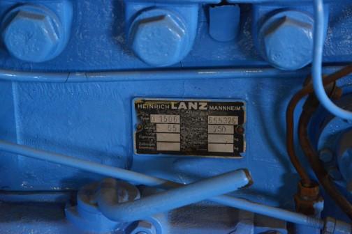 1953年(昭和28) ランツ社製  ランツブルドッグトラクタ  1953年(昭和28) ランツ社製 (ドイツ) 単気筒2サイクル焼玉エンジン 自重5tn  1954年(昭和29) 耕土改良事業に国の貸し付けで北海道内11農協などに配置された。 畑地の深耕による農作物の増収に大きく貢献した。 音更農協で昼夜活躍していたものを、大学の教材に使用後保存していた。  同型はこの11台の導入のみ。  同型の全道での導入は92台。