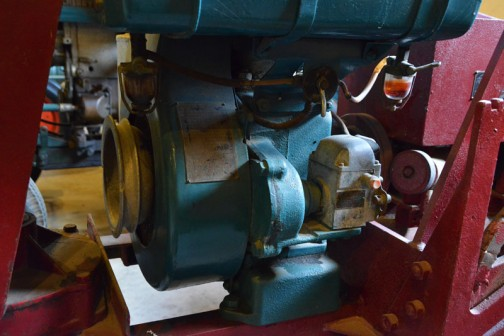 シバウラガーデントラクタ  1955年(昭和30) 石川島芝浦機械㈱ 製 (日本) AT-5型 9馬力 空冷エンジン搭載 ・・・その空冷エンジンです。これにも銘板が付いていて、いろいろ書いてありますが読めないので割愛。