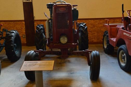 シバウラガーデントラクタ 1955年(昭和30) 石川島芝浦機械㈱ 製 (日本) AT-5型 9馬力 空冷エンジン搭載 1955年(昭和30) 本間は芝浦三輪トラクタを使用、のち国産四輪トラクタの発売でいち早く入れ替える。 80万円で購入。水田・酪農に有効に働いた。 25年使用後は、自家保存していた。 同型の全道での導入は92台。