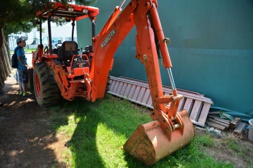 Backhoe loader tractor Kubota M59 2008年からの現役モデルのようです。 エンジンは4気筒2.4リッターディーゼル59馬力/2700rpm+EGR
