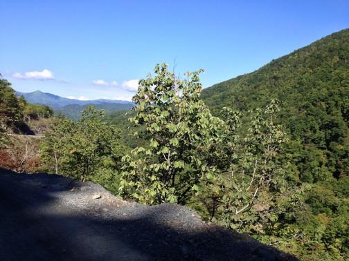 3日目のダンプ道。幅20メートル以上のフラットダート。空は青く、どんどん標高が上がって素晴らしい景色が広がりました。