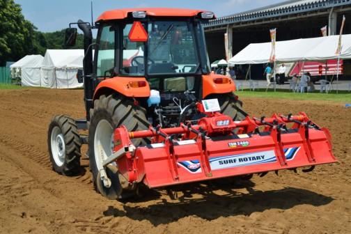 ニプロサーフロータリー TBM2400-4L 税込み現金価格¥1,350,000 高速砕土で高能率作業を追求した「速耕」サーフ! 新開発のE300G爪は砕土性抜群! フロートラバー、均平板下部のステンレスが土付着抑制。 軸爪に105馬力対応のDXRと同型のパイプを使用し、高速作業に耐える耐久力を確保。 6枚爪仕様の「サーフ6」 対応馬力 50〜95馬力 質量 580kg