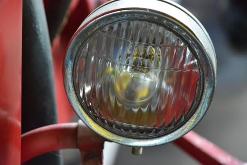 porshe diesel standard star 329  機種名:ポルシェトラクタ 形式・仕様:329型 32馬力 製造社・国:ポルシェ社 ドイツ 導入年度:1963(昭和38)年  使用経過:大型トラクタの空冷エンジンで、冬期間の仕様では大変便利であった。当時からフロントローダが付いていて、仕事に便利であった。 動力の取り出しは、前部、後部、腹部の3カ所にある。
