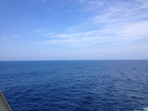 遠く陸地から離れた海の上。