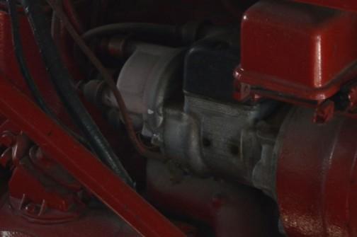 時間がなかったのでしょう・・・エンジンの写真も撮っていません。これは上の写真の拡大したものですが、何か書いてあるのがよく読めなくて残念。「後悔先に立たず」不思議なエンジンだなあ・・・