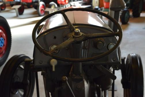 運転席。メーターらしきものが2つ見えます。それと大きな何かのノブが2つ。ここはなぜかリベット止めの無骨な作り。