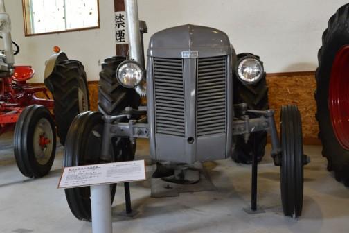 ファガソントラクタ 1954年(昭和29)マッセィファーガソン社(イギリス) TEF型 27馬力 1955年(昭和30) 東藻琴村 橋本行雄 導入 当時は馬が主役の時代、トラクタは珍しく賃耕に頼まれて昼夜活躍し、2年間で100万円のトラクタ代金が払えたほど働いたという。 使いやすく性能もよく評判の高い機種であった。 のちに伊藤が入手自家保存していた。  同型は8年間に道内で56台導入された。