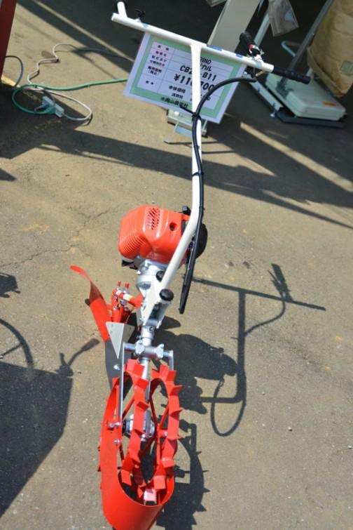 これは歩行型の溝切り機かなあ・・・岡山農栄社 値段は¥11?,?00 品番もハンドルに隠れてよくわかりません