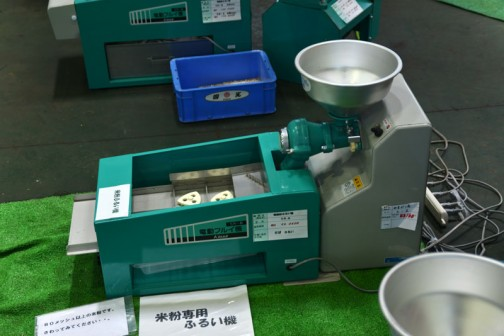別々の機械のようで、右が粉挽きでしょうか・・・やまびこ L-S 価格¥83160 左が電動粉ふるい機 SN-A 価格¥95040