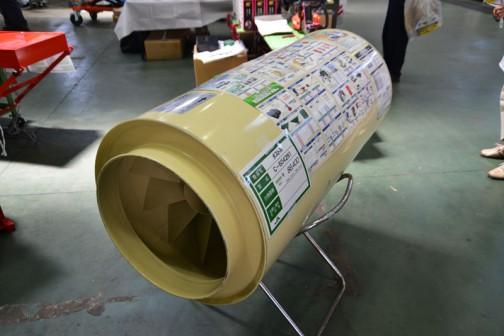 笹川農機株式会社 ダストル C-6042N1 価格¥86400 何でしょ?これは・・・手前から奥に向け矢印が書いてあって、「排気ガスの流れ」と書いてあります。ただの筒のように見えますが、ダストルという商品名からダストを取るんでしょうねえ・・・調べてみたら、お米の乾燥機のダストホースに繋いでホコリを濾しとる器具のようです。