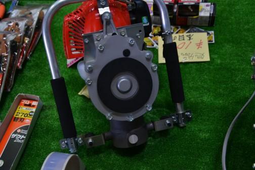 ここで一番気になった機械。こんなの見たことがないです。みのる産業 杭打ち機「杭ックマン」菊など、鉄パイプの打ち込みに! 形式 MOK-21 定価¥151200 特価¥148000