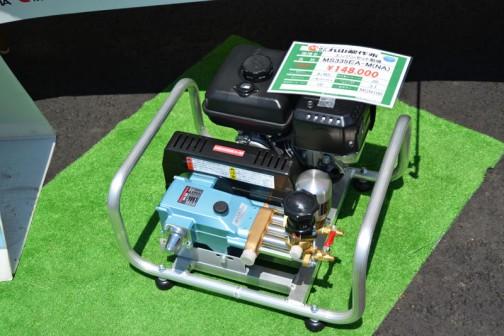 丸山製作所 エンジンセット動噴 MS335WA-M(NA) 価格¥148,000 最高圧力:4Mpa 吐出量:20L/min エンジンセット動噴とは、エンジンが付いている液体噴出機ということなのでしょうか・・・でも、それだと動噴エンジンセットと呼んだほうがよいような気もするし・・・