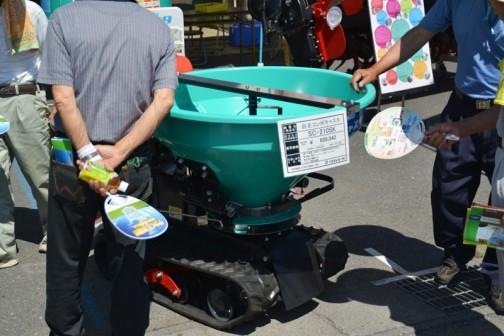タカキタ 自走コンポキャスター SC-210SK 価格¥689,040 ●袋入り堆肥、米ぬか、化成肥料が撒布できます●撒布幅 堆肥3〜5m 化成5〜10m●簡易混合機能付き●ステップ標準装備  あーーーー!コン「ポ」キャスターなんだ!コン「ボ」キャスターなのかと思ってました。