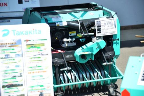 タカキタ ミニロールベーラ RB-510DX 価格¥1,213,920 φ50×73 乾燥稲ワラ 15キロ位 適応馬力17ps〜 自走タイプもあります 乗用・歩行型 さっきのとはずいぶん差があります。馬力も17馬力からとお手頃な感じ。
