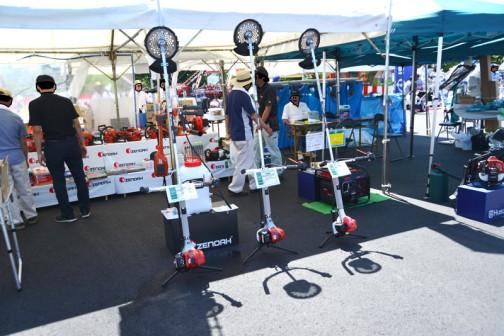 左から ハスクバーナ・ゼノア 刈払機 BCZ261ST-W-EZ 価格¥75,600 排気量25.4cc ストラトチャージド(←何?)重量4.7kg ハスクバーナ・ゼノア 刈払機 BCZ231ST-W-EZ 価格¥64,800 排気量22.5cc ストラトチャージドエンジン 重量4.3kg ハスクバーナ・ゼノア 刈払機 BCZ211ST-DW-EZ 価格¥57,780