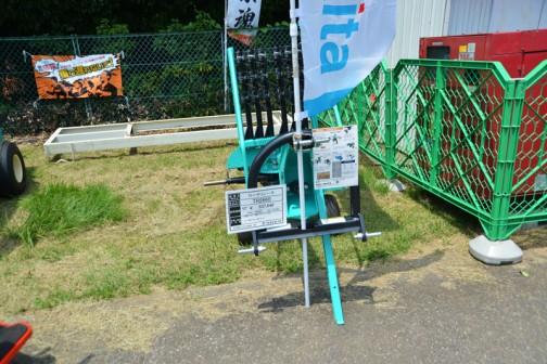 タカキタ ロータリーレーキ TR2660 価格¥537,840 作業幅260センチ 適応トラクタ 18〜40PS タイン本数が3本に増えました。