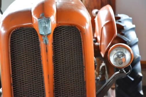 機種名:フィアットトラクタ 形式・仕様:FIAT 211R型 25馬力 製造社・国:フィアット社 イタリア 導入年度:1965(昭和40)年 使用経過:昭和39年、株式会社クボタが輸入を始める。39年、3台。40年、10台。41年、15台。42年、16台。4年間で34台の輸入で、その1台です。 三石町歌笛の大塚牧場が導入し、牧草収穫作業に使用していた。 平成2年に則次が譲り受け、年に一度はエンジンを始動させて、家宝として保存していた。